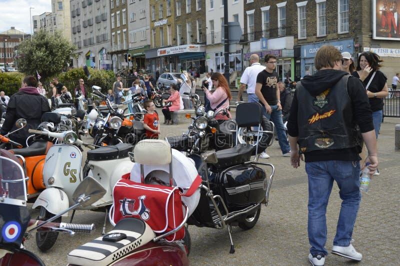 Besökare beundrar mopeder på ritten för cykeln för Margate härdsmälta den årliga arkivbilder