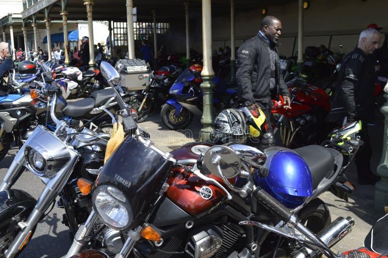 Besökare beundrar mopeder på ritten för cykeln för Margate härdsmälta den årliga royaltyfri fotografi