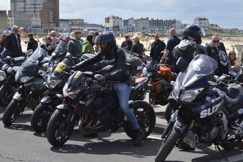 Besökare beundrar mopeder på ritten för cykeln för Margate härdsmälta den årliga arkivfoton