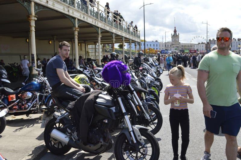 Besökare beundrar mopeder på ritten för cykeln för Margate härdsmälta den årliga fotografering för bildbyråer