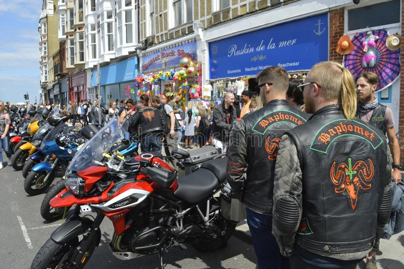 Besökare beundrar mopeder på ritten för cykeln för Margate härdsmälta den årliga royaltyfri bild