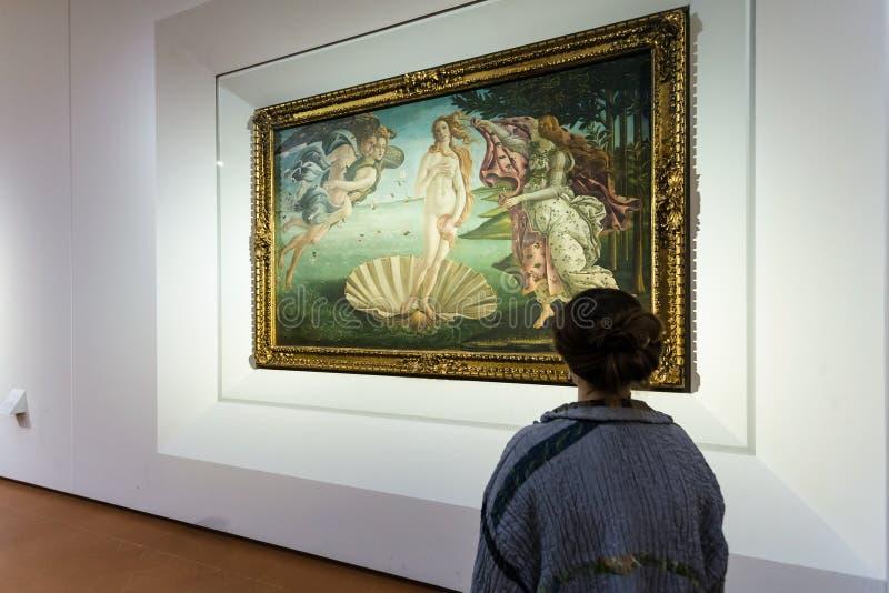 Besökare i Botticelli rum av det Uffizi gallerit arkivfoton