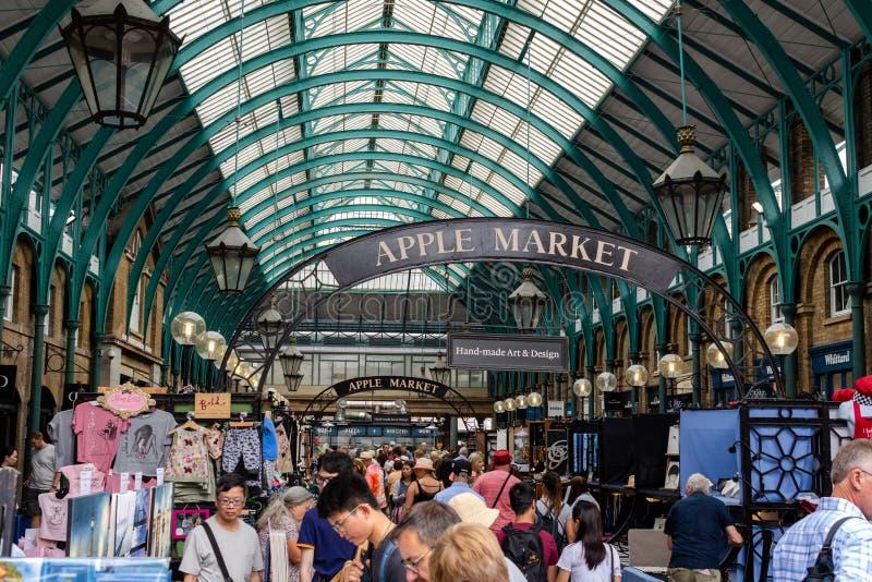 Besökare i den Apple marknaden i Covent Garden Det historiska hal arkivfoto