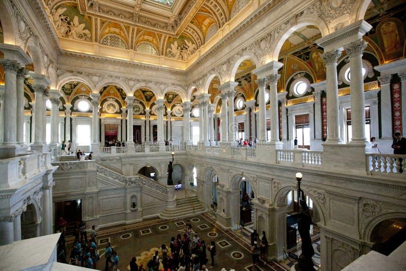 Besökare i lobbyen av arkivet av kongressen royaltyfria bilder