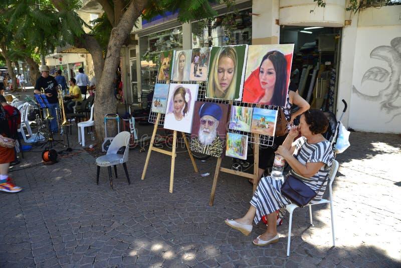 Besökare i Nachalat Binyamin Pedestrian Mall i Tel Aviv, Israe arkivfoto