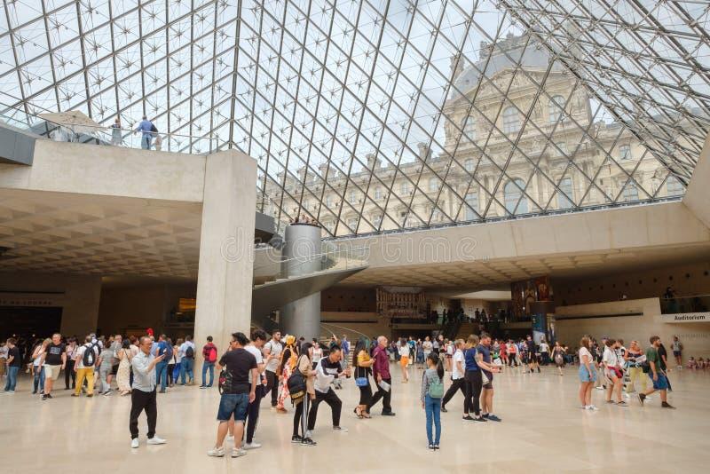 Besökare inom Louvremuseet i Paris arkivfoton