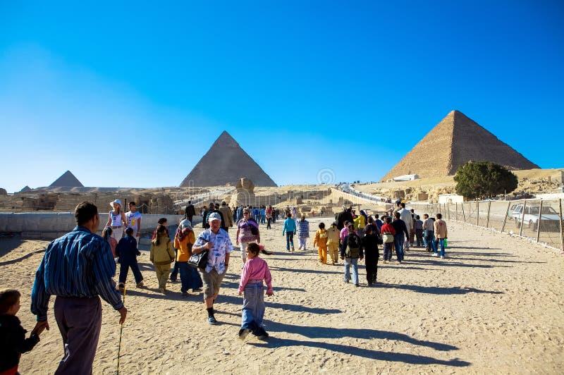 Besökare på de stora pyramiderna av Giza, Kairo, Egypten royaltyfri bild