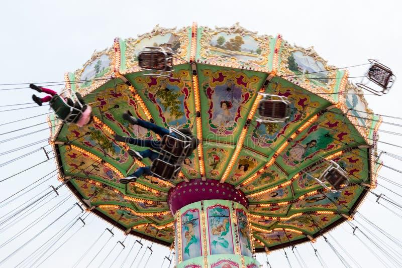 Besökare på den Luftikus karusellen, Prater, Wien, Österrike royaltyfri bild