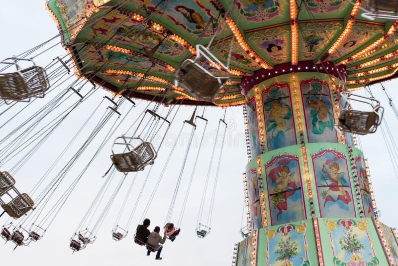Besökare på den Luftikus karusellen, Prater, Wien, Österrike fotografering för bildbyråer
