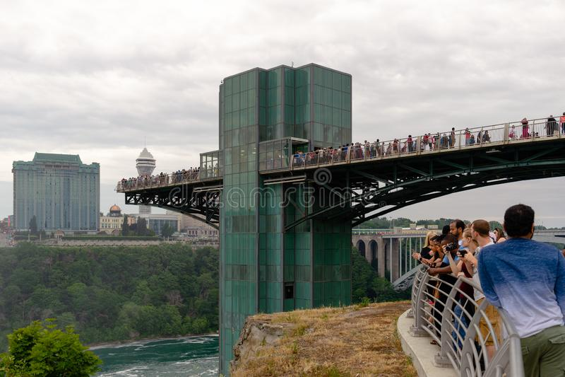 Besökare på det Niagara Falls observationstornet royaltyfria foton