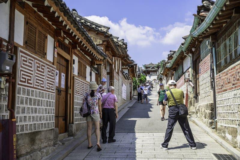 Besökare på gator av Samcheong-dong, Sydkorea arkivfoto