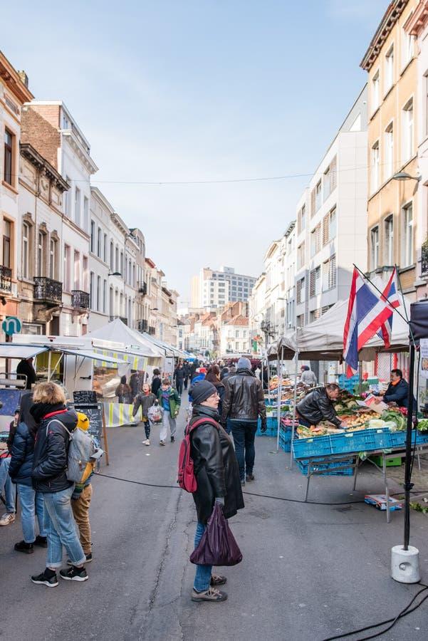 Besökare på marknaden på Rue General Leman i Bryssel royaltyfria foton