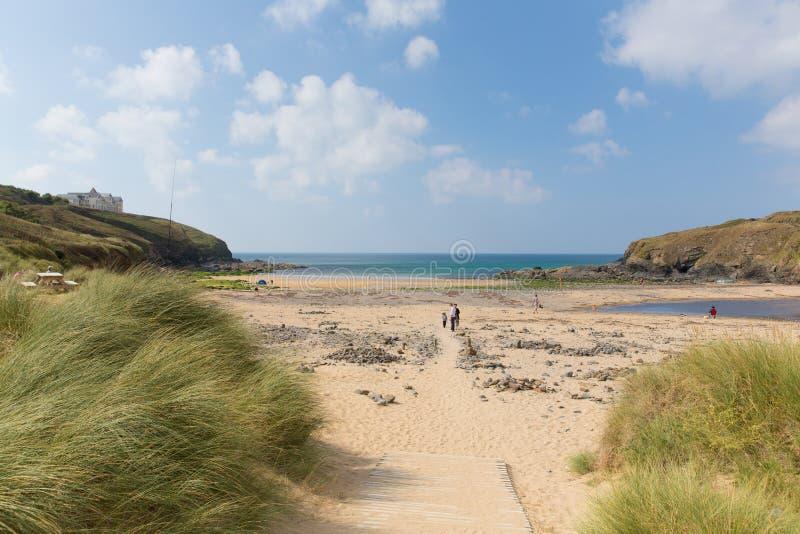 Besökare på Poldhu sätter på land Cornwall England UK på ödlahalvön mellan spröjs och Porthleven arkivbilder