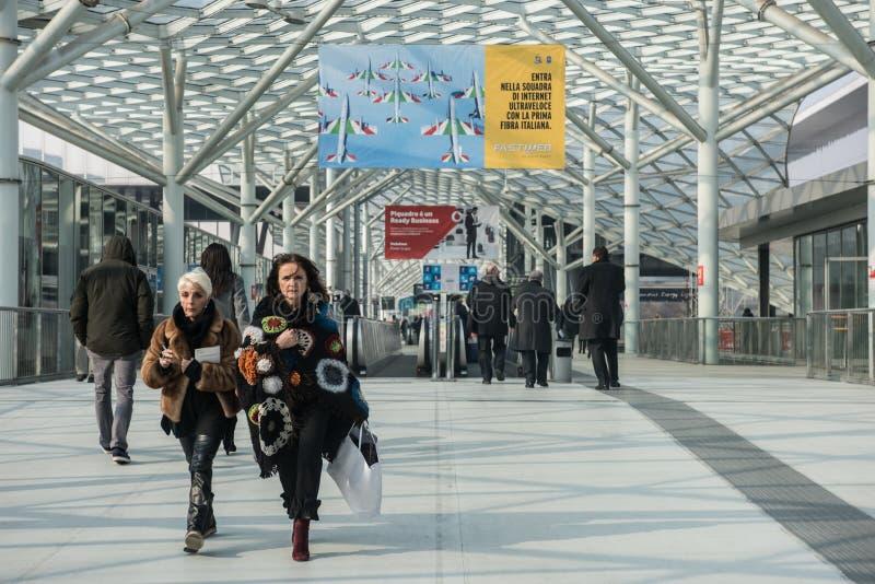 Besökare på Rho-Milano Fiera i Milan Italy royaltyfria bilder