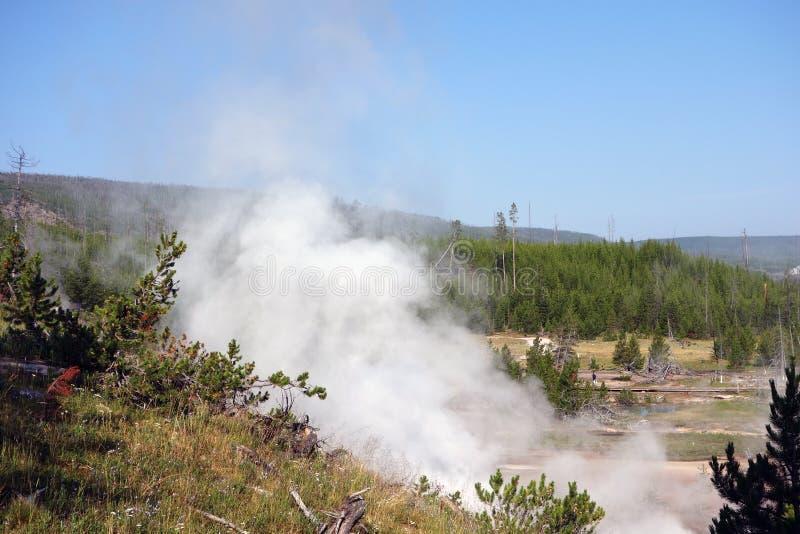 Besökare på yellowstone parkerar att beundra den vulkaniska aktiviteten på yellowstone parkerar royaltyfri bild