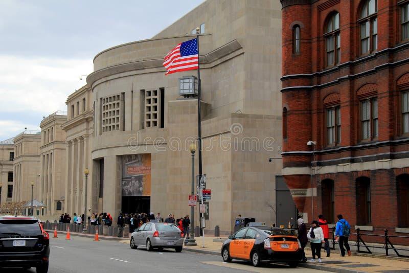 Besökare samlade nära den främre ingången av det minnes- museet för Förenta staternaförintelsen, Washington, DC, 2015 royaltyfri bild
