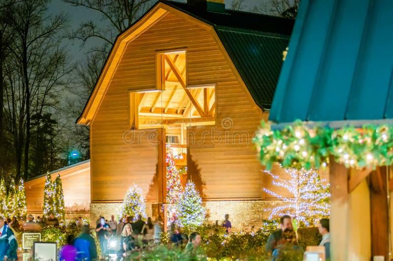 Besökare som beskådar levande Kristi födelselek under jul royaltyfria bilder