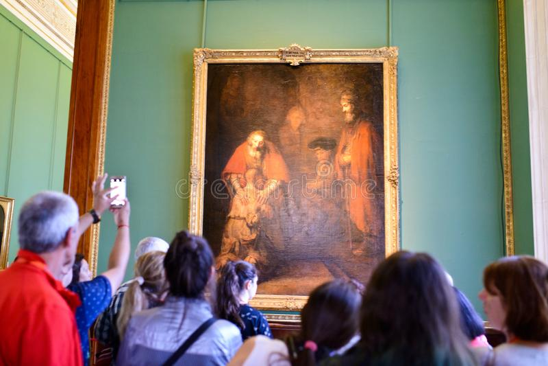 besökare som håller ögonen på den berömda målningen royaltyfri bild