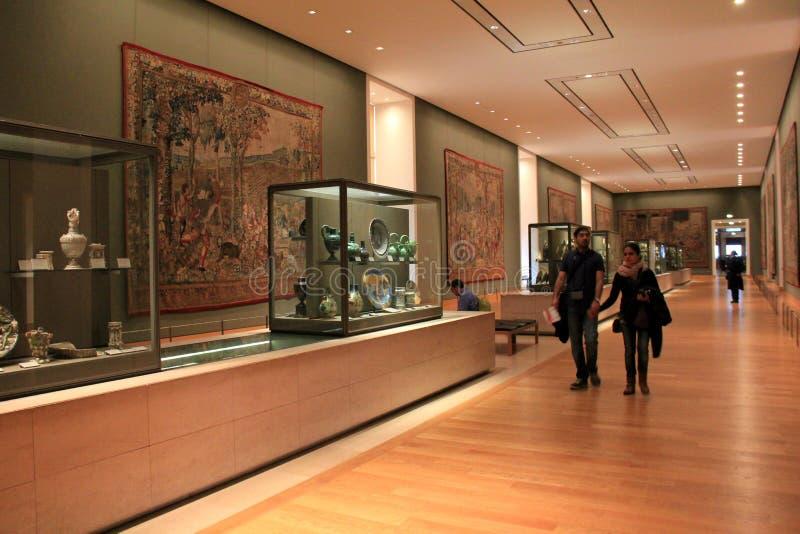 Besökare som irrar till och med hallen, Louvre, Paris, 2016 royaltyfria foton