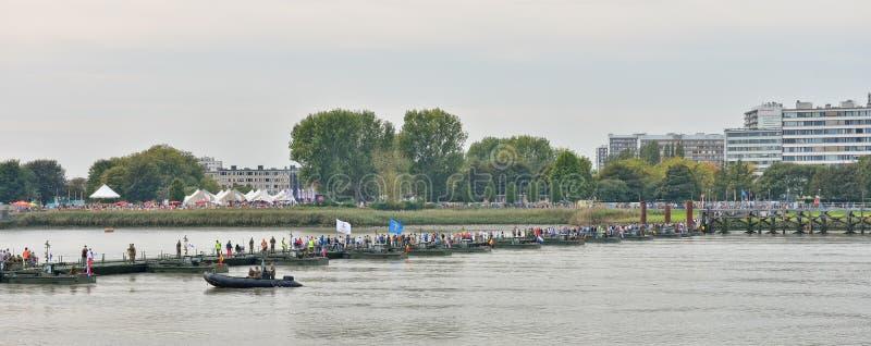Besökare som korsar pontonbron för att fira minnet av offer av världskrig I arkivfoton