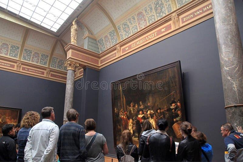 Besökare som ser det berömt nattklockan av Rembrandt på t fotografering för bildbyråer