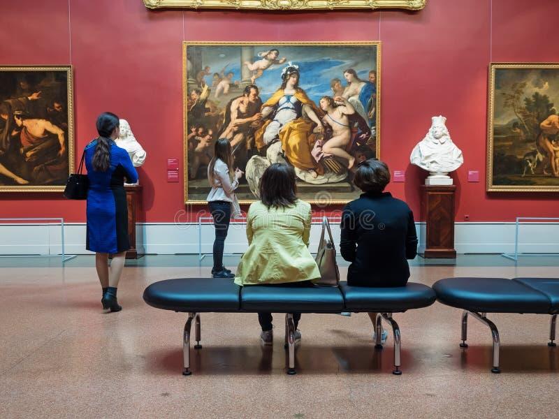 Besökare som ser konstverk i Pushkin statmuseum av konst arkivbilder