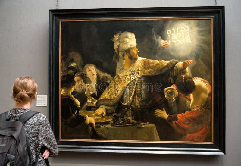 Besökare som ser målning av Rembrandt i nationell galleryin London royaltyfri fotografi
