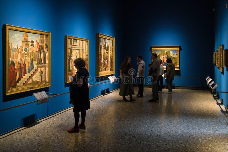 Besökare som ser målning i den Brera konstgallerit, Milan fotografering för bildbyråer