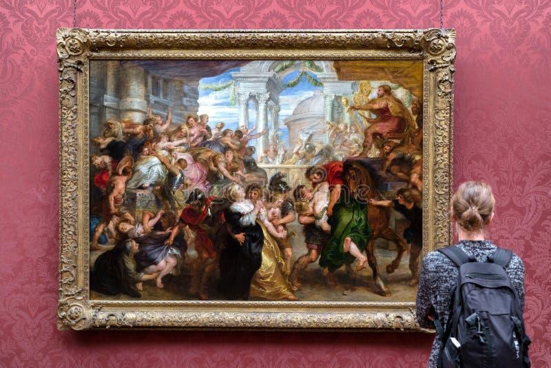 Besökare som ser målning i nationell galleryin London royaltyfri foto