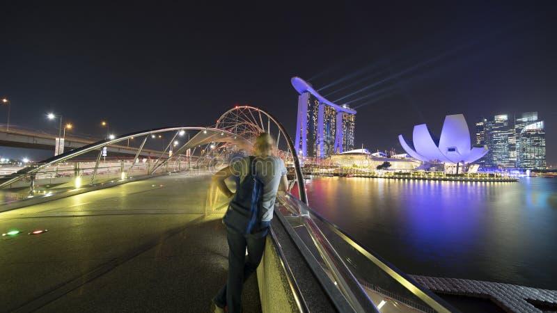 Besökare som ser Marina Bay Sands Singapore arkivbild