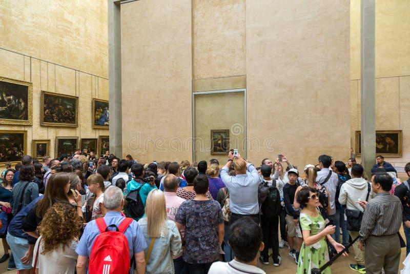 Besökare som ser Mona Lisa målning royaltyfria bilder