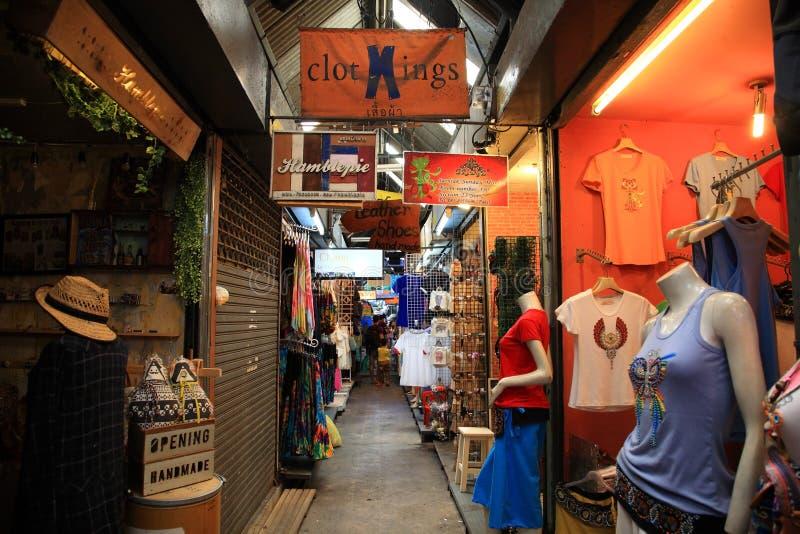 Besökare som shoppar på den Chatuchak helgmarknaden fotografering för bildbyråer