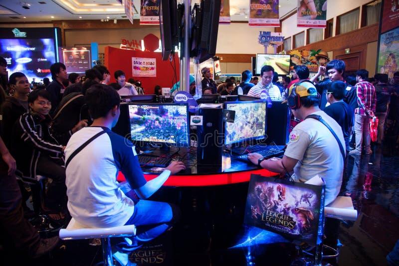 Besökare som spelar videospel på Indo den modiga showen 2013