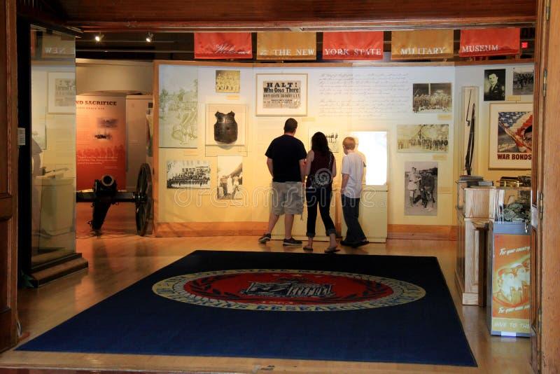 Besökare som står på den huvudsakliga ingången, själv-väglett att starta, turnerar, det militära museet för den New York staten o fotografering för bildbyråer