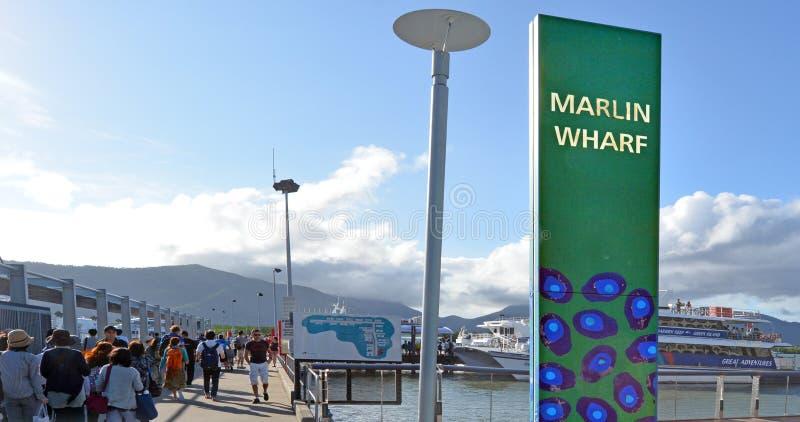 Besökare som stiger ombord på ett kryssningfartyg i rösen Marlin Marina i Qu royaltyfri bild