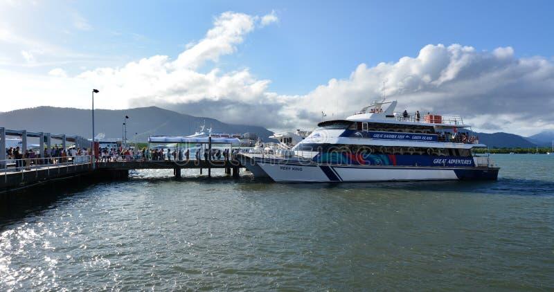 Besökare som stiger ombord på ett kryssningfartyg i rösen Marlin Marina i Qu royaltyfri foto