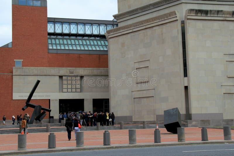 Besökare som väntar för att skriva in den emotionella hedersgåvan om WWII, inom det minnes- museet för Förenta staternaförintelse arkivbilder