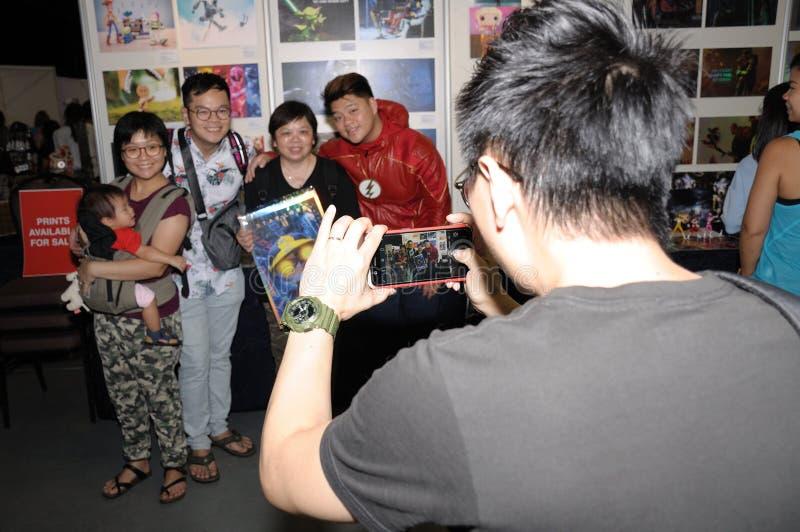 Besökare till Cosfest i Singapore på 20th Juli 2019 söndag som tar ett gruppfoto arkivbild