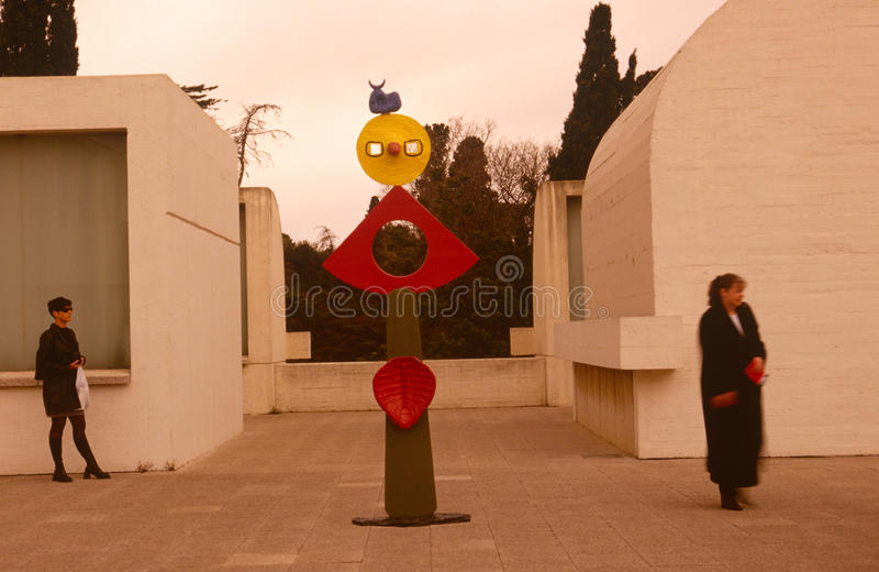 Besökare till Fundacio Joan Miro Museu, Barcelona royaltyfria bilder
