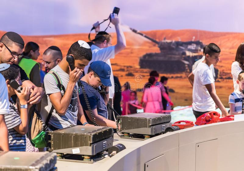Besökare tycker om moderna militära kommunikationer på arméutställning`en vår IDF-`, arkivfoton