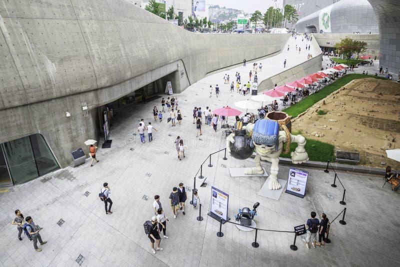 Besökare utanför den Dongdaemun designplazaen, Seoul, Sydkorea royaltyfri bild