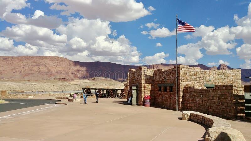 Besökaremitt på Navajobron på huvudvägen 89A Arizona arkivbilder