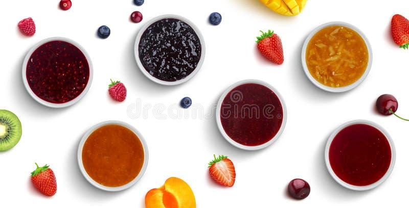 Bes en fruitjam die op witte achtergrond, hoogste mening wordt geïsoleerd stock foto's
