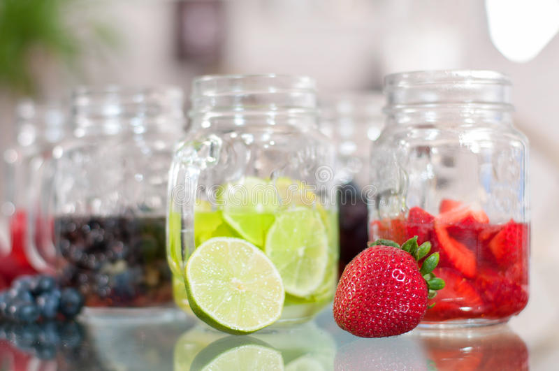 Bes smoothie, verfrissende fruitdrank stock fotografie