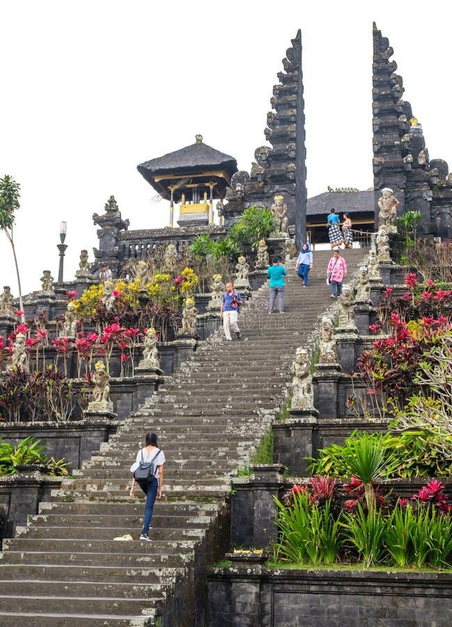 Besakih, Indonesien - 9. September 2017: Besucher erforschen unermessliche Pura Besakih Temple Royal Temple von Besakih lizenzfreie stockfotografie