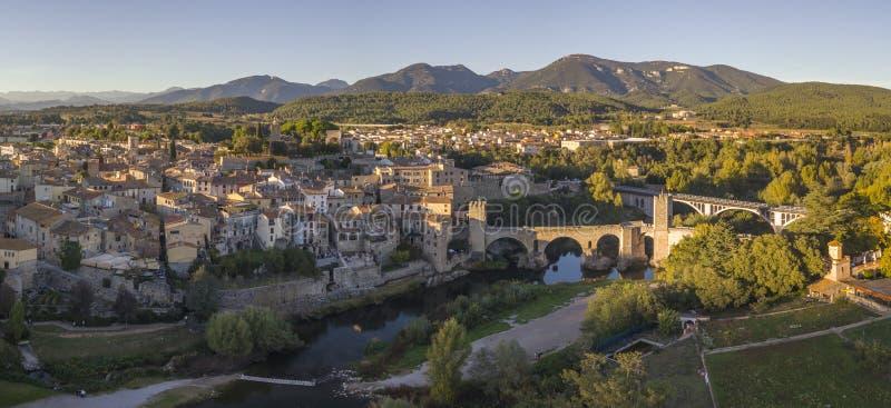 BESALU SPANIEN - OKTOBER 29, 2017: Flyg- sikt av den medeltida staden av Besalu på soluppgång fotografering för bildbyråer