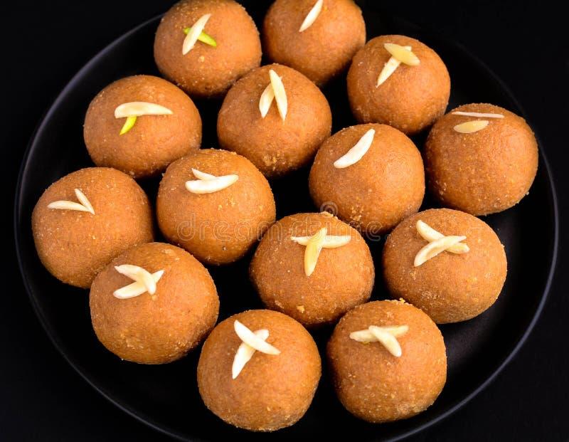 Besan doce indiano Ladoo fotos de stock