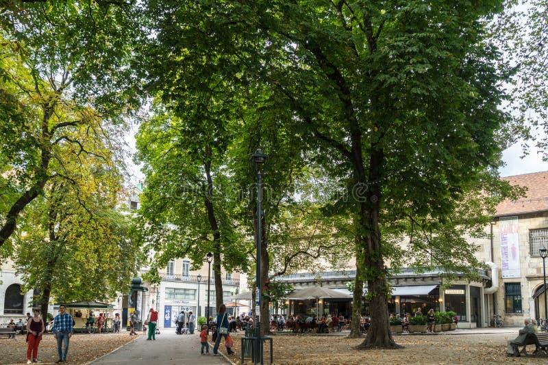 BESANCONS, FRANCE/EUROPE - 13 ΣΕΠΤΕΜΒΡΊΟΥ: Άποψη των ανθρώπων σε έναν τετράγωνο στοκ εικόνα με δικαίωμα ελεύθερης χρήσης