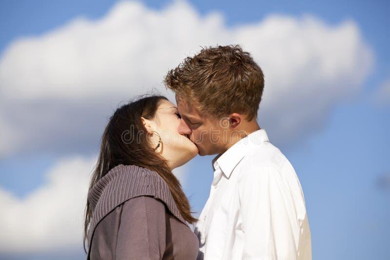 Besar a amantes adolescentes imagen de archivo libre de regalías