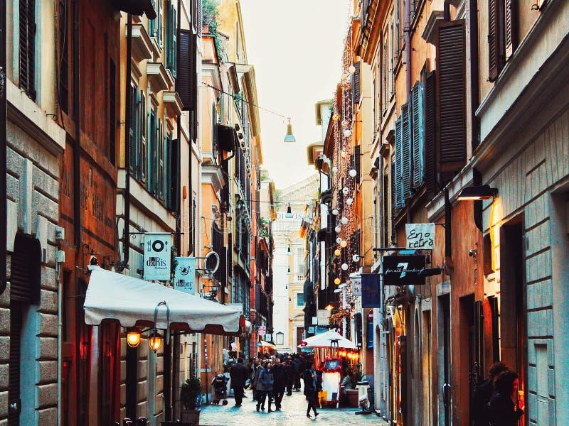 Beschäftigte im Stadtzentrum gelegene Straße mit Geschäften